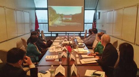 双方代表观看西弗吉尼亚大学国家能源中心介绍视频